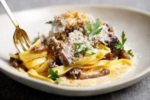 Talhatele com cogumelos italianos selvagens, emulsão de grana padano e salsa de trufa