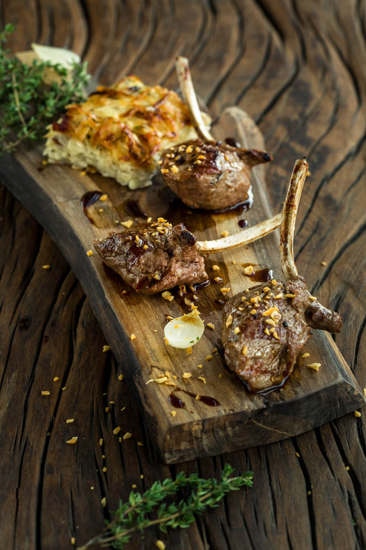 Foto de Cardápio, Costeleta de cordeiro uruguaio com batata gratinada, aspargos ao molho de alho e ervas