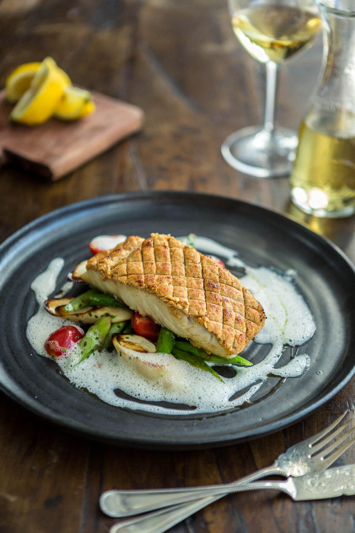 Foto de Cardápio, Robalo fresco grelhado em crosta de amêndoas, aspargos e sauté de pupunha ao molho de limão siciliano